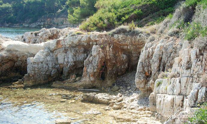 Консерв спрятался в гроте на острове