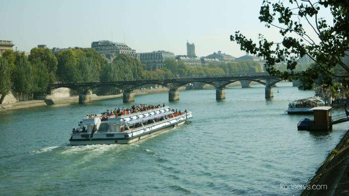 Кораблик плывёт по Сене