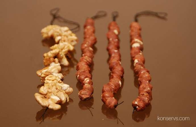 Орехи нанизаны на нитку