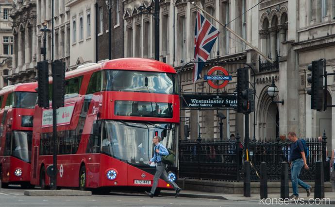 Красный лондонский автобус - даблдекер возле Вестминстера