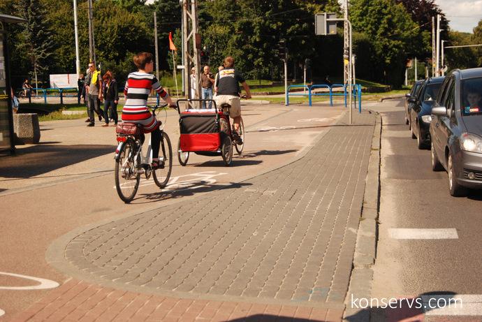 Велодорожки выделены цветом и бордюром, есть плавные переходы